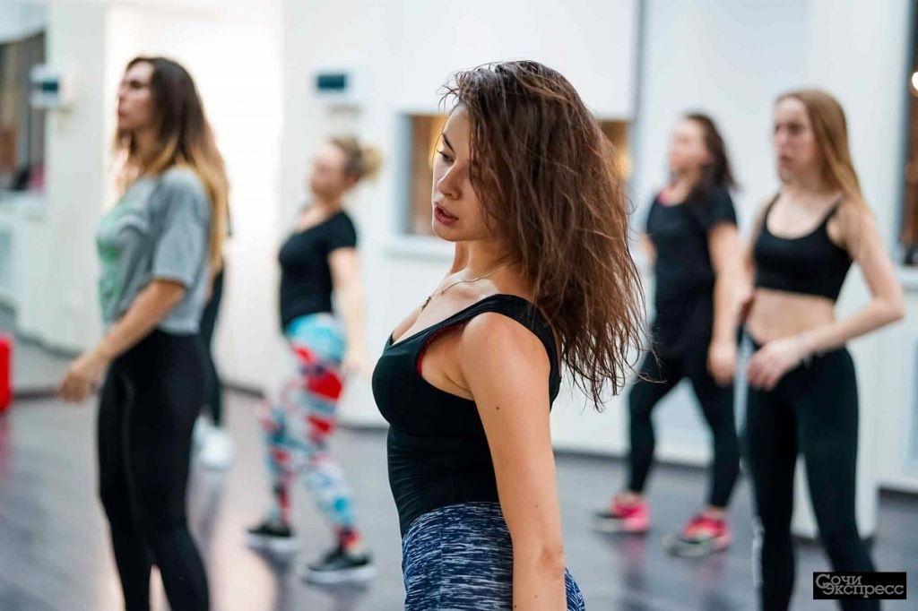 Современные танцы для девушек. Обучение танцам с самого начала.